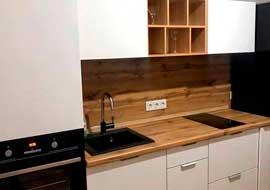 Фото Кухня маленькая бело коричневая с черной техникой