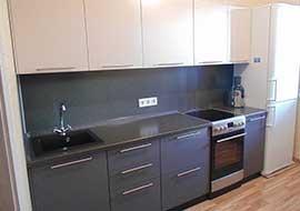 Фото кухня матовая графитового цвета с белым верхом