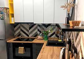 Фото кухонный гарнитур сего белого цвета с черной техникой