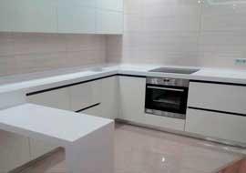 Фото кухня белая с каменной столешницей
