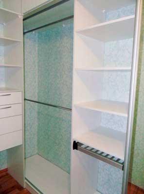 Фото гардеробной ил ЛДСП белого цвета с ящиками и штангой