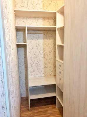Фото гардеробной ил ЛДСП выбеленное дерево белого цвета