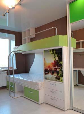 Фото Кровать двуярусная с лестницей и ограждением белого и зеленого цвета