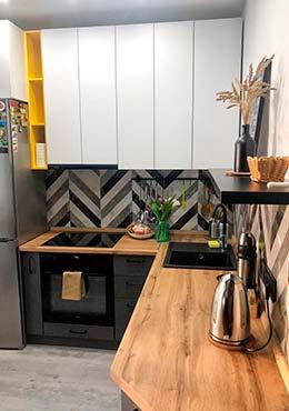 Фото Современная кухня с матовыми фасадами и большими верхними шкафчиками