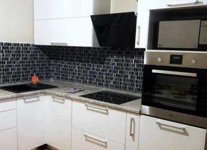 Картинка Кухня белая с серой столешницей. Черная техника