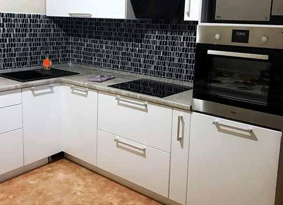 Фото Кухня белая с серой столешницей. Фартук из плитки