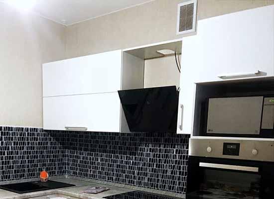 Картинка Кухня белая с серой столешницей. Фартук из плитки
