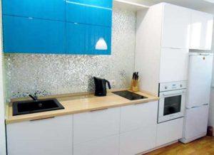 Фото Кухня-Бирюзово-белая с черной мойкой