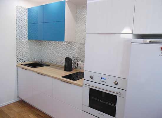 Фотография Кухня Бирюзово-белая с черной мойкой