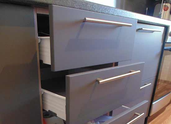 Фото выдвинутые ящики серого цвета