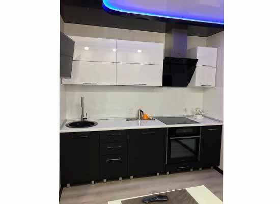 Фотография Кухня прямая черная с белой столешницей и черной техникой с подсветкой синей
