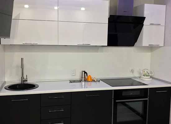Фото Кухни прямой черной с белой столешницей и черной техникой и черной мойкой