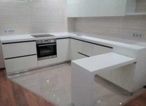 Фото белая кухня с барной стойкой из камня белого цвета