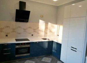 Картинка кухонного гарнитура с пеналом под потолок белого цвета