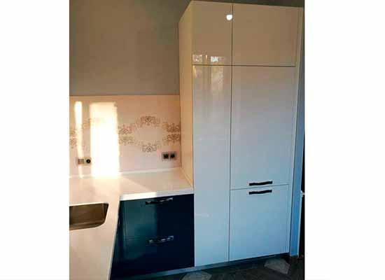 Фото кухонного гарнитура с пеналом под потолок белого цвета
