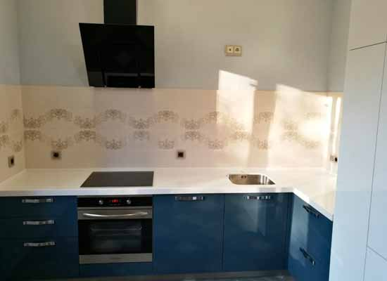 Фото Кухня с пеналом синяя и черная вытяжка