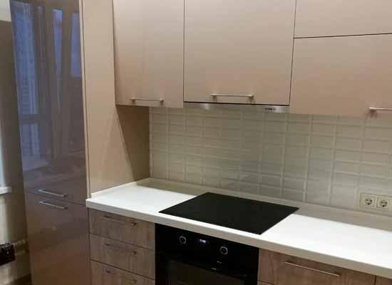 Фото Кухня бежевого цвета с каменной столешницей фартук из плитки кабанчик