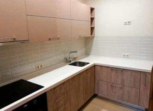 Кухня бежевого цвета с каменной столешницей фартук из плитки кабанчик