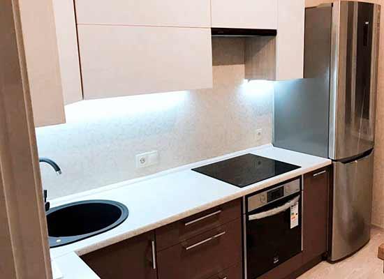 Картинка Кухня коричневая с белой столешницей и холодильник серебро