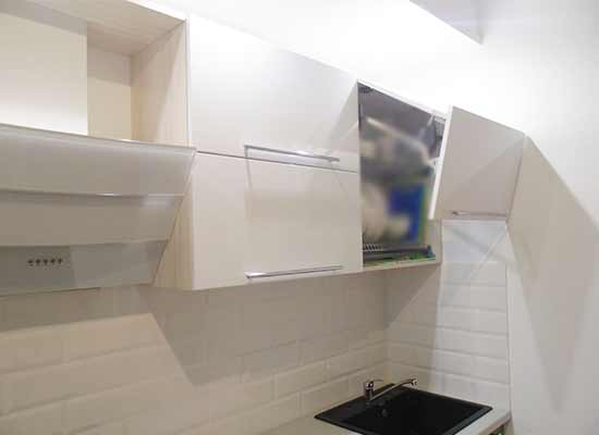 Фото верхний фасад кухни на гармошке белого цвета