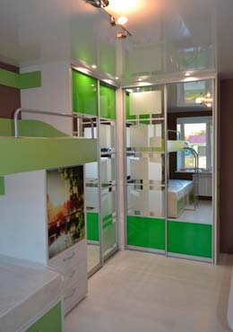 Фото Комплект мебели в детской Шкаф Купе и Кровать белого и зеленого цвета