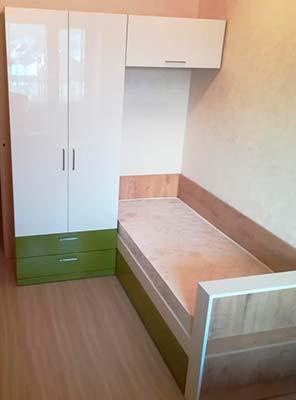 Фото Кровать в детской комнате белого и зеленого цвета из ЛДСП