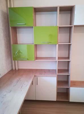 Фото Мебель в Детской из ЛДСП Белый и зеленый цвет, с столешницей под подоконником рыжего цвета