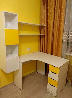 Фото Мебель в детской комнате стол с ящиками желтого и белого цвета