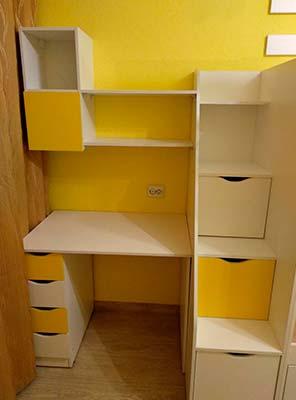 Картинка Мебель в детской комнате стол с ящиками желтого и белого цвета