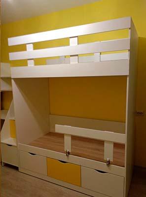 Картинка Мебель в детской комнате кровать двуярусная желтого и белого цвета