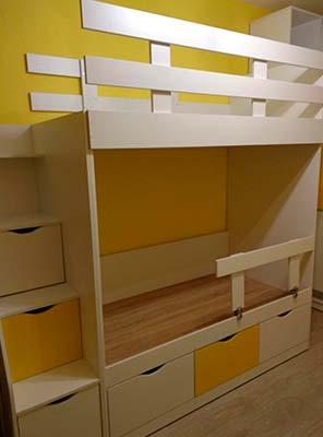 Фото Мебель в детской комнате кровать двуярусная желтого и белого цвета