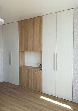 Шкаф купе встроенный белый с коричневым с нишей под телевизор