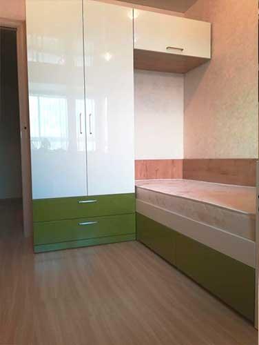 Фото детская мебель из ЛДСП бело зеленового цвета