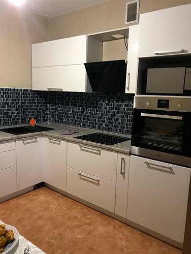 Фото Кухня-выполненная-на-заказ Бело цвета
