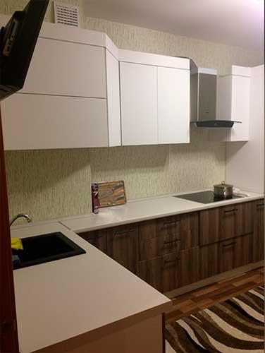 Фото Кухня-выполненная-на-заказ бело коричневого цвета