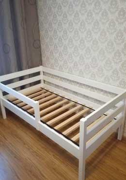 Белая детская кроватка